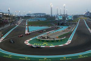 Lewis Hamilton, Mercedes-AMG F1 W09 leads on lap one