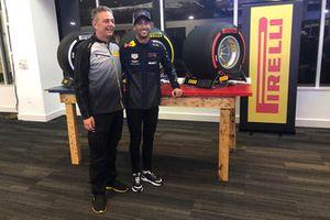 Mario Isola, Dyrektor Sportowy Pirelli, oraz Daniel Ricciardo, Red Bull Racing