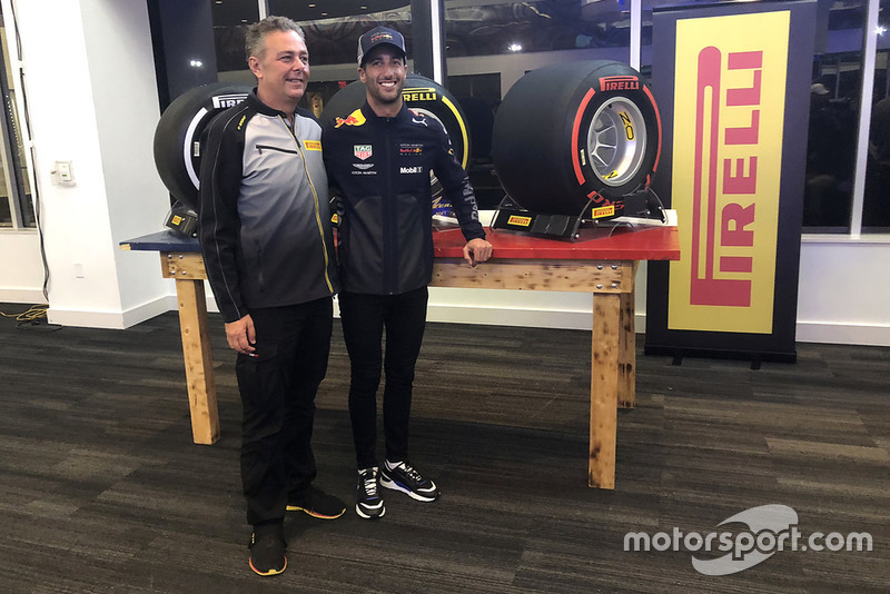 Mario Isola, director deportivo de Pirelli con Daniel Ricciardo, Red Bull Racing