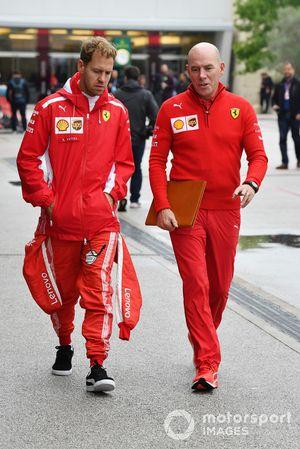Sebastian Vettel, Ferrari y Jock Clear, ingeniero jefe de Ferrari, regresan de la oficina de comisarios después del PL1