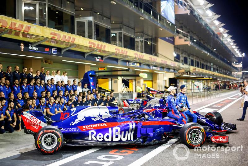 Pierre Gasly, Scuderia Toro Rosso, y Brendon Hartley, Scuderia Toro Rosso, en la foto del equipo