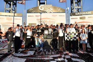 Yarış galibi Aric Almirola, Stewart-Haas Racing, Ford Fusion Smithfield Bacon for Life