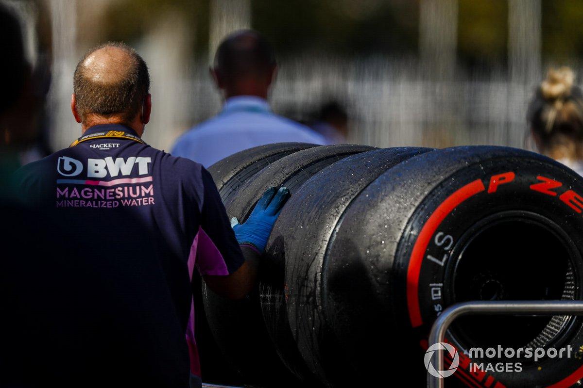 Un mecánico de Racing Point con algunos neumáticos