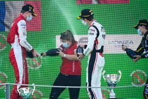 Le vainqueur Frederik Vesti, Prema Racing,le représentant constructeur et Theo Pourchaire, ART Grand Prix fêtent sur le podium avec le Champagne