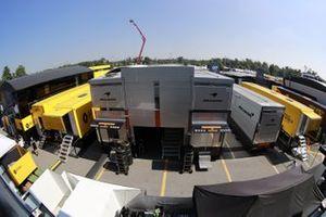 Camions Renault et McLaren dans le paddock