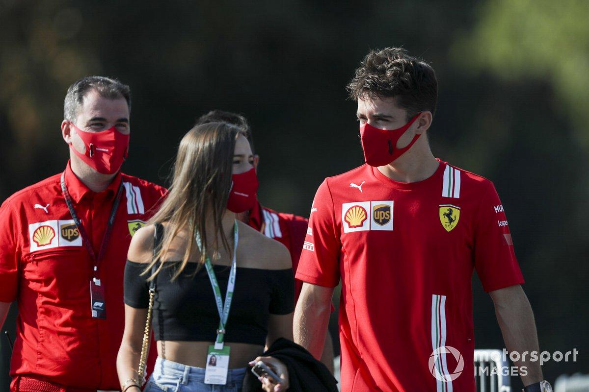 Charles Leclerc, Ferrari llega en coche con su novia, Charlotte Siné