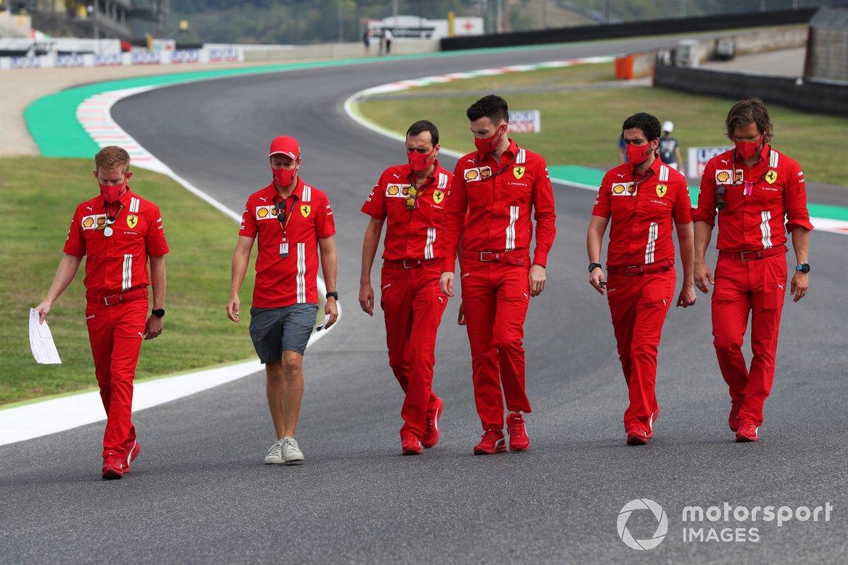 Sebastian Vettel, Ferrari, cammina in pista con i colleghi