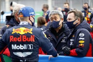 Max Verstappen, Red Bull Racing, 2nd position, with Masashi Yamamoto, General Manager, Honda Motorsport, and hormn, in Parc Ferme