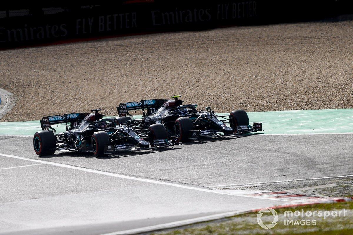 Valtteri Bottas, Mercedes F1 W11, in battaglia con Lewis Hamilton, Mercedes F1 W11, per il primo posto alla partenza