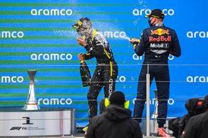 Max Verstappen, Red Bull Racing, 2a posizione, spruzza Daniel Ricciardo, Renault F1, 3a posizione, con lo Champagne