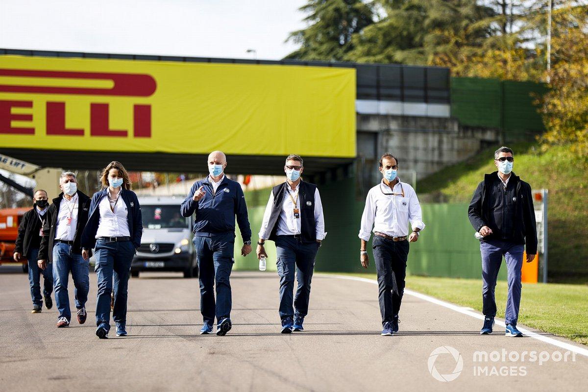 Michael Masi, director de carrera de la F1, Emanuele Pirro, comisario y más miembros de la FIA
