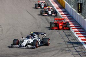 Pierre Gasly, AlphaTauri AT01, Charles Leclerc, Ferrari SF1000, Kevin Magnussen, Haas VF-20, e Romain Grosjean, Haas VF-20