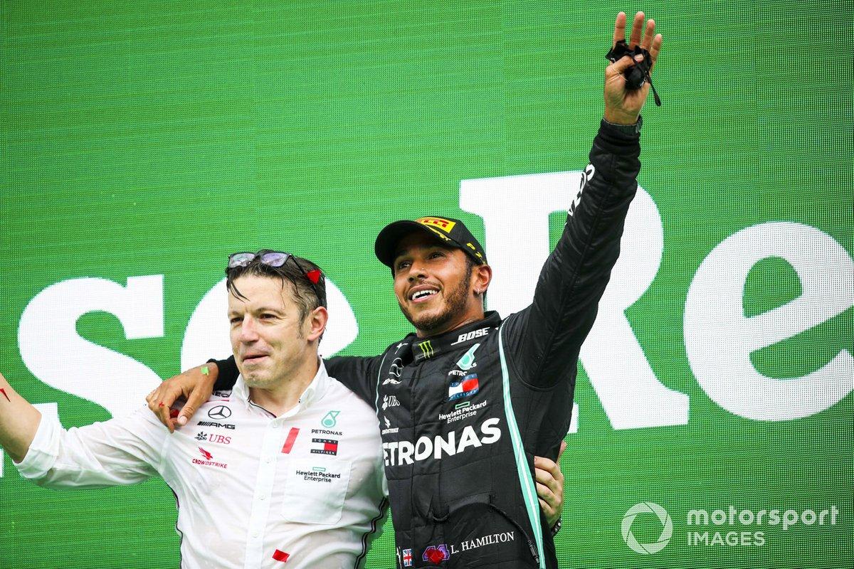 Peter Bonnington, ingengere di gara, Mercedes AMG e il vincitore Lewis Hamilton, Mercedes-AMG F1, festeggiano sul podio