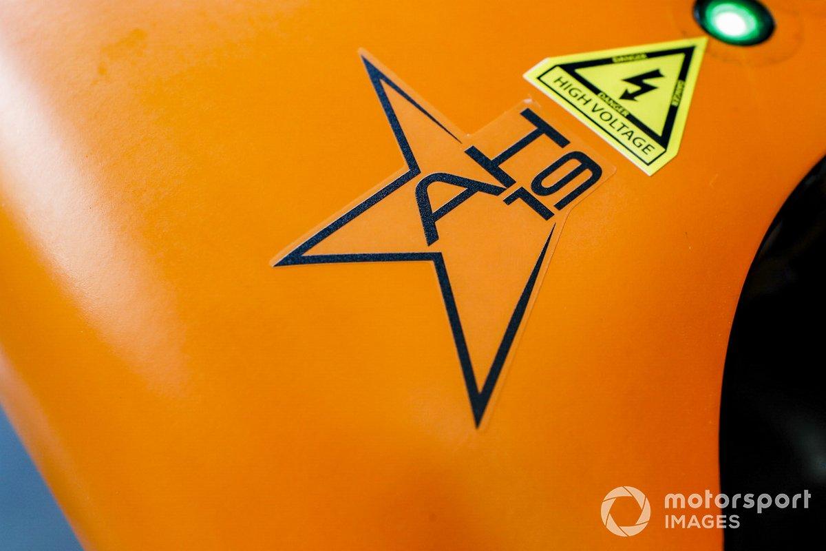 Sticker homenaje a Anthoine Hubert en el McLaren MCL34