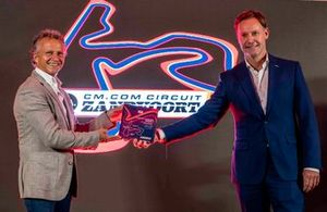 Jan Lammers, sportief directeur Dutch Grand Prix en Robert van Overdijk, directeur CM.com Circuit Zandvoort en Dutch Grand Prix, houden een presentje vast ter ere van Grade 1-licentie