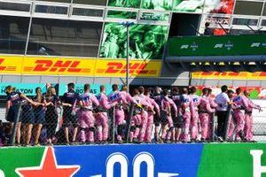 Los miembros del equipo de Racing Point celebran bajo el podio