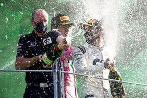 Graham Watson Team Manager,AlphaTauri, Lance Stroll, Racing Point, 3ème position, et le vainqueur Pierre Gasly, AlphaTauri, avec le Champagne sur le podium