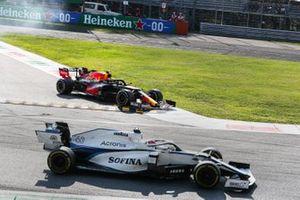 Алекс Элбон, Red Bull Racing RB16, возвращается на трассу, мимо проезжает Джордж Расселл, Williams FW43