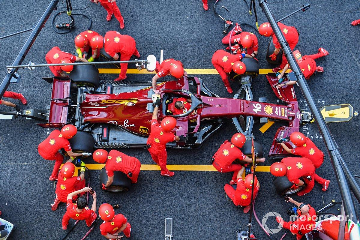 Los mecánicos de Ferrari practican una parada en boxes