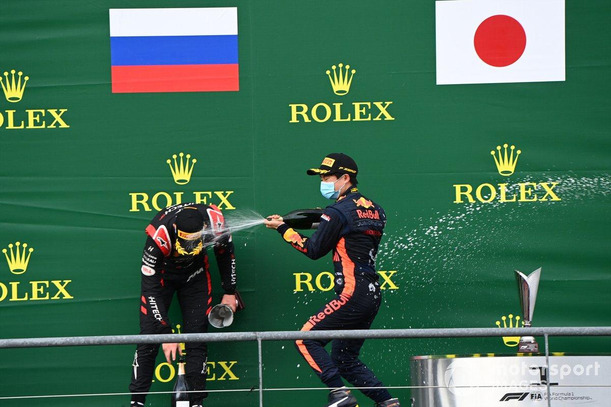Podio: ganador Yuki Tsunoda, Carlin, y el segundo Nikita Mazepin, Hitech Grand Prix