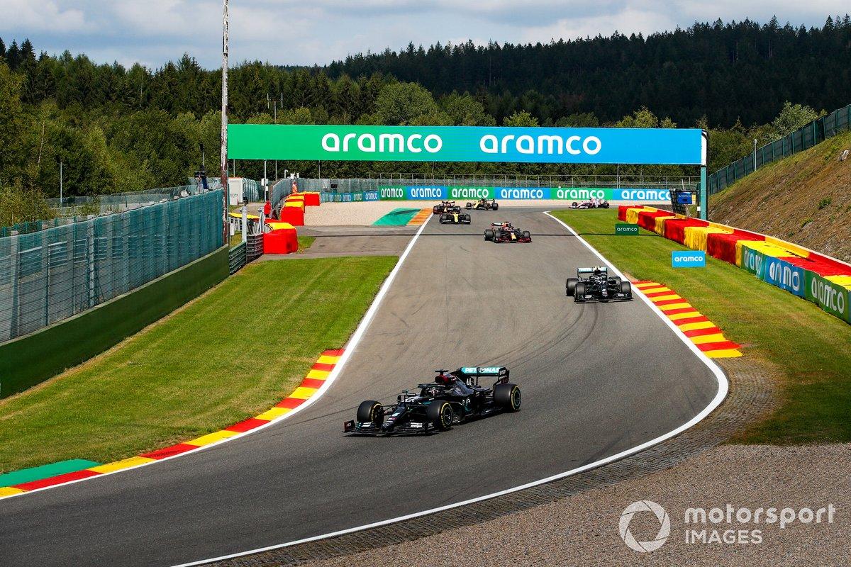 Lewis Hamilton, Mercedes F1 W11, Valtteri Bottas, Mercedes F1 W11, Max Verstappen, Red Bull Racing RB16, e il resto dei piloti nel giro di formazione
