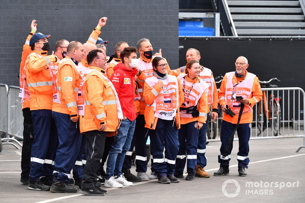 Charles Leclerc, Ferrari SF21 con los oficiales de pista
