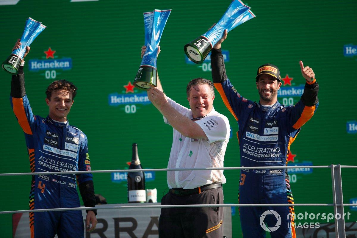 Podio: ganador Daniel Ricciardo, McLaren, segundo lugar Lando Norris, McLaren, Zak Brown, CEO de McLaren Racing