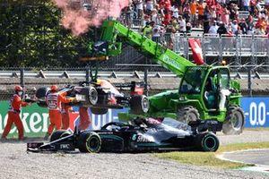 Marshal rimuovere le vetture di Max Verstappen, Red Bull Racing RB16B, e Lewis Hamilton, Mercedes W12, dalla ghiaia