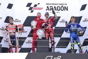 Podio: segundo lugar Marc Márquez, equipo Repsol Honda, ganador Francesco Bagnaia, equipo Ducati, tercer lugar Joan Mir, equipo Suzuki de MotoGP