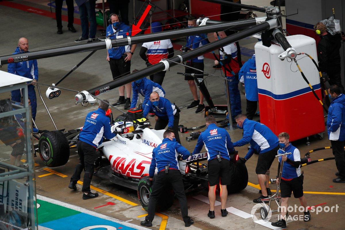 Mick Schumacher, Haas VF-21, in pit lane con i meccanici