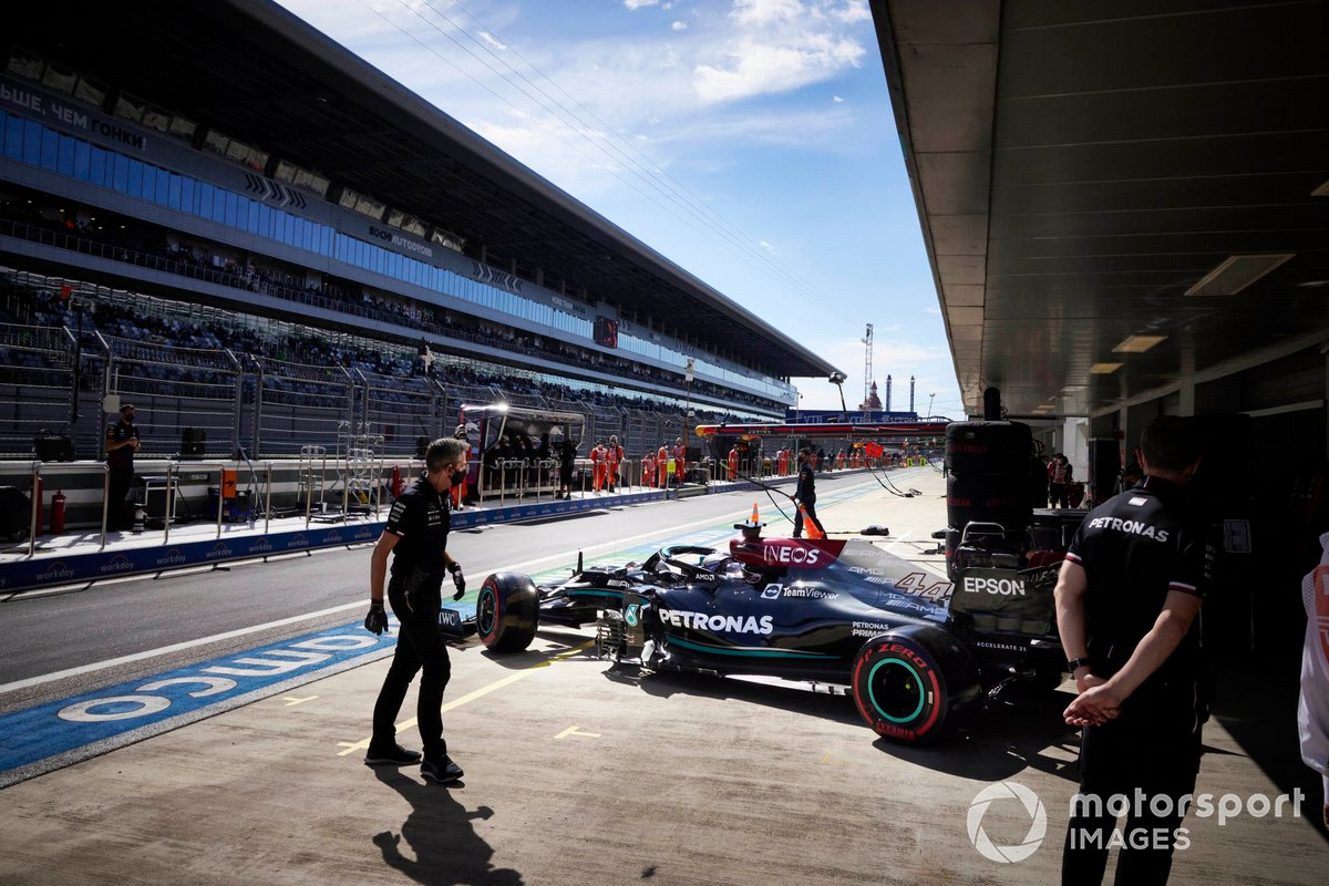 Lewis Hamilton, Mercedes W12, lascia il garage