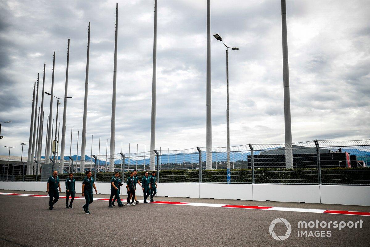 Sebastian Vettel, Aston Martin, camina la pista