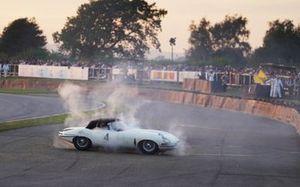 Alex Brundle, Jaguar E-Type, se crashe dans le virage de Woodcote