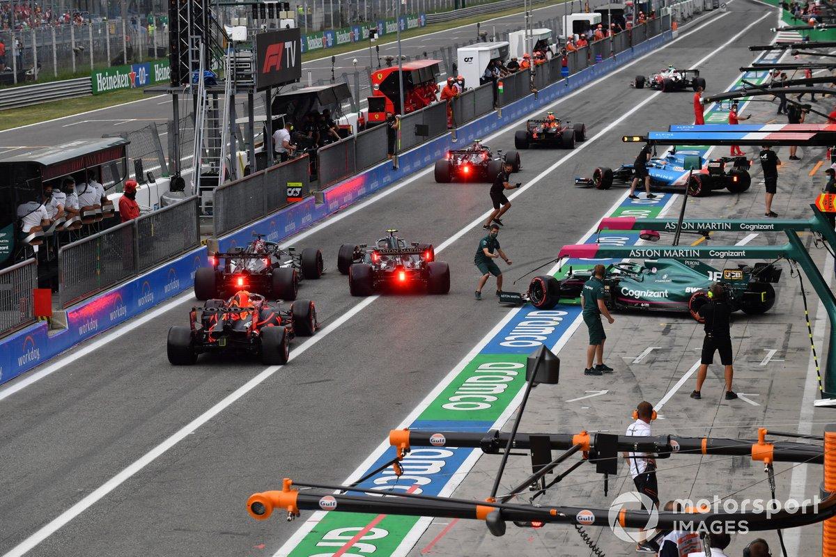 Los coches salen del pitlane durante la clasificación