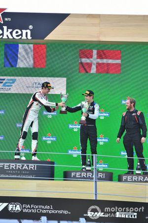 Theo Pourchaire, ART Grand Prix, 1e plaats, en Christian Lundgaard, ART Grand Prix, 3e plaats, op het podium