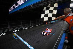 Le vainqueur Alex Lynn, Mahindra Racing, M7Electro, franchit la ligne d'arrivée