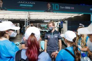 Girls on Track London E-Prix bezoeken de pitstraat met Sam Bird, Jaguar Racing