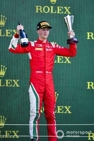 Olli Caldwell, Prema Racing fête sur le podium avec son trophée et le Champagne