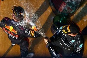 Valtteri Bottas, Mercedes, 3a posizione, spruzza Champagne a Max Verstappen, Red Bull Racing, 1a posizione, sul podio