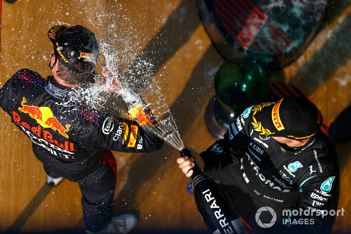 Podio: ganador Max Verstappen, Red Bull Racing, tercer lugar Valtteri Bottas, Mercedes