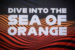 Banner, dive into the sea of orange