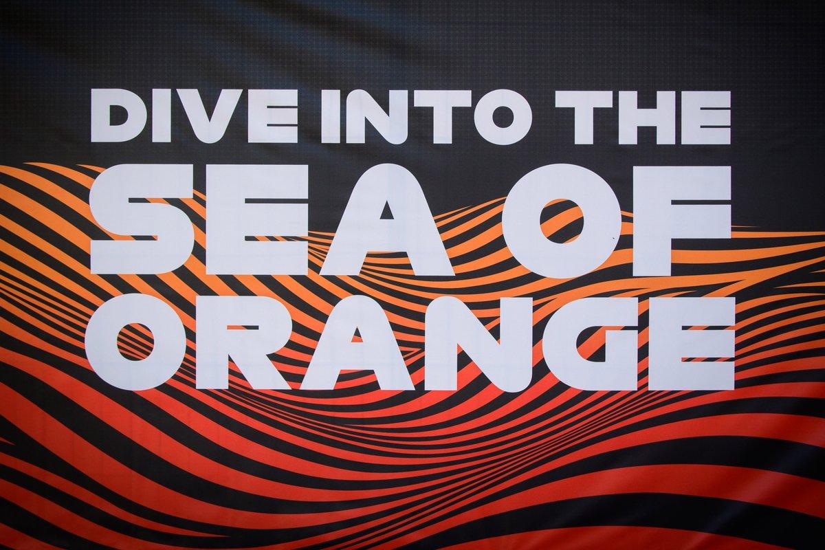 Letrero: sumérgete en el mar naranja