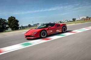 Ferrari SF90 Stradale, sulla pista di Fiorano