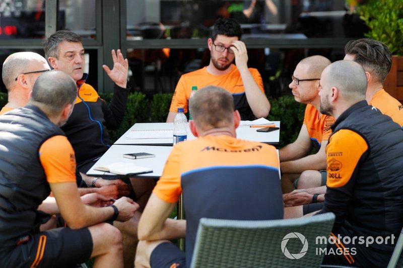 Los miembros del equipo de McLaren celebran una reunión en el paddock