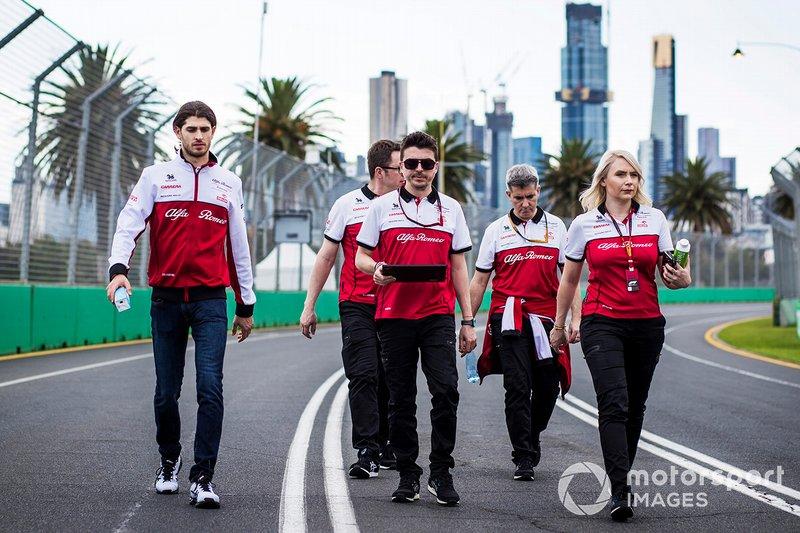 Antonio Giovinazzi, Alfa Romeo cammina in pista con i membri del team