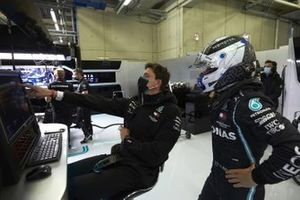 Toto Wolff, Executive Director (Business), Mercedes AMG and Valtteri Bottas, Mercedes-AMG Petronas F1 in the garage