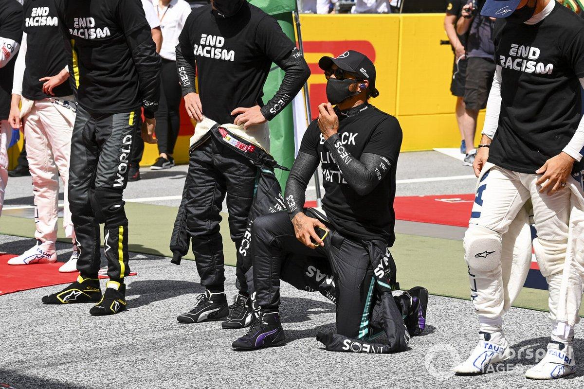 Lewis Hamilton, Mercedes-AMG Petronas F1 se arrodilla