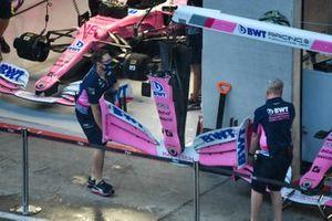 Механики Racing Point несут переднее антикрыло