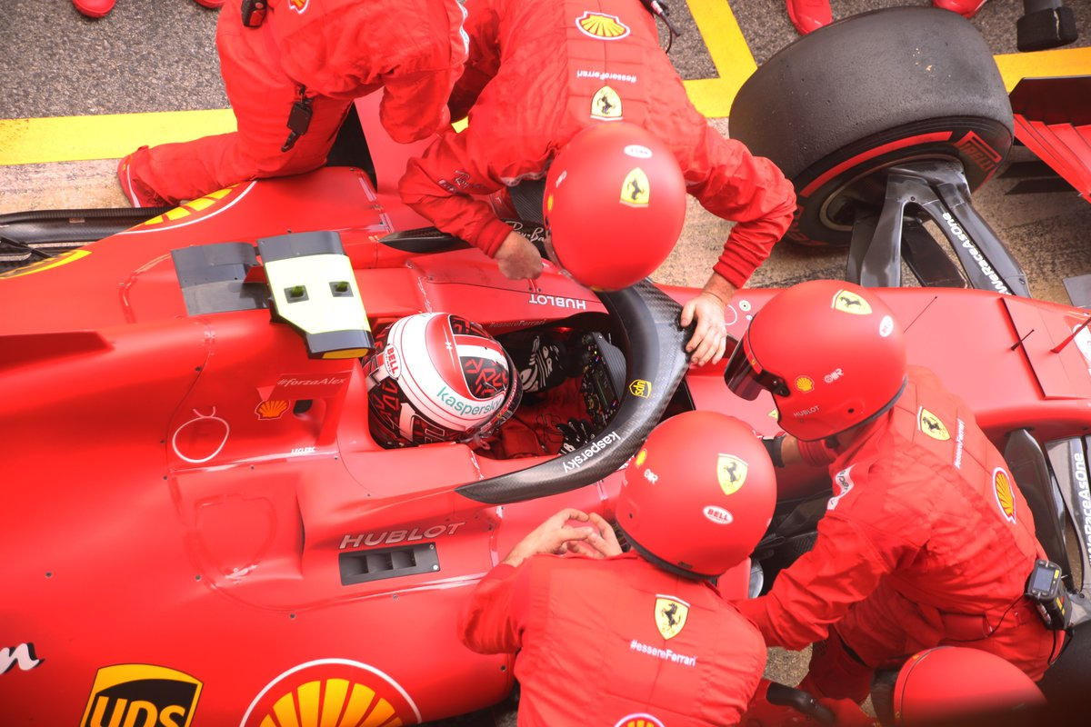 Charles Leclerc, Ferrari SF1000 en pits por un problema en su monoplaza