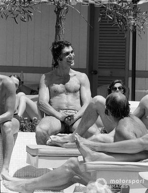 Francois Cevert se détend à la piscine